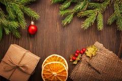 Arbre de Noël avec le boîte-cadeau et décorations sur le backgroun en bois Image stock
