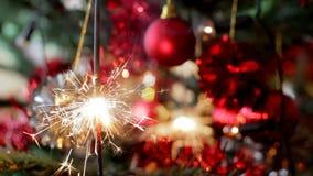 Arbre de Noël avec le cierge magique brûlant banque de vidéos