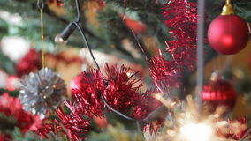 Arbre de Noël avec le cierge magique brûlant clips vidéos