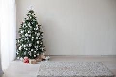 Arbre de Noël avec le décor de nouvelle année de présents Images stock