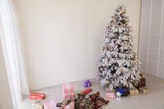 Arbre de Noël avec le paysage de blanc de nouvelle année de présents Images stock