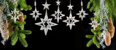 Arbre de Noël avec les étoiles argentées brillantes Photographie stock libre de droits