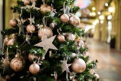 Arbre de Noël avec les étoiles pourpres Photo libre de droits