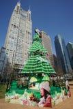 Arbre de Noël avec les bâtiments modernes à Changhaï Photo libre de droits