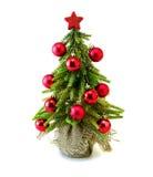 Arbre de Noël avec les boules et l'étoile rouges Image libre de droits