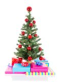 Arbre de Noël avec les boules rouges et les cadeaux d'isolement au blanc Photographie stock libre de droits