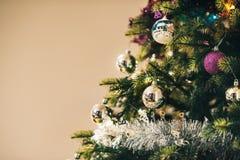 Arbre de Noël avec les décorations colorées Photo libre de droits