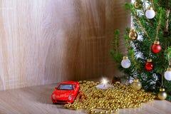 arbre de Noël avec les décorations, la bougie et la voiture comme cadeau Photo libre de droits