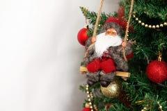 Arbre de Noël avec les jouets et la Santa Claus d'isolement sur le backg blanc Photos libres de droits