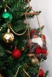 Arbre de Noël avec les jouets et la Santa Claus d'isolement sur le backg blanc Photographie stock libre de droits