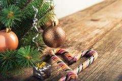 Arbre de Noël avec les jouets, la canne de caramel et les étoiles sur le fond en bois et blanc foncé dans le style de cru L'espac image libre de droits