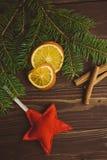 Arbre de Noël avec les oranges et la cannelle sèches Photos stock