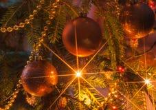 Arbre de Noël avec les ornements et la guirlande scintillante photos stock