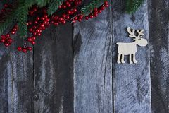 Arbre de Noël avec de petits cerfs communs en bois sur le fond rustique en bois Photographie stock libre de droits