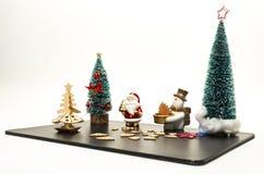 Arbre de Noël avec Santa Claus et le bonhomme de neige Photo libre de droits