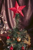 Arbre de Noël avec une grande étoile rouge et décoré des jouets Image libre de droits