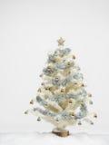 Arbre de Noël blanc avec la neige Photographie stock