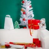 Arbre de Noël blanc avec les babioles décoratives rouges Image libre de droits