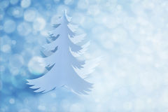 Arbre de Noël blanc de papier fait main avec la lumière defocused Image stock