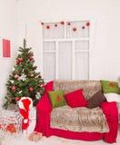 Arbre de Noël, boîte-cadeau et pièce de sofa à la maison Photographie stock libre de droits