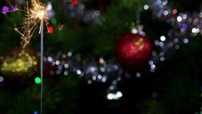 Arbre de Noël, boule de miroir et cierge magique allumé banque de vidéos