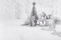 Arbre de Noël, boules, bandes de boucle de scintillement argenté sur le conseil en bois blanc Images stock