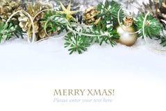 Arbre de Noël, branches décorées sur la neige Photographie stock libre de droits