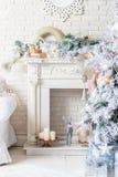 Arbre de Noël brillamment allumé avec un bon nombre de cadeaux photographie stock