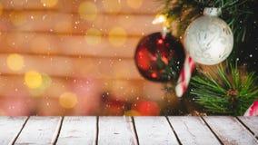 Arbre de Noël brouillé à l'arrière-plan combiné avec la neige en baisse banque de vidéos