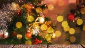 Arbre de Noël brouillé combiné avec la neige en baisse clips vidéos