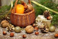 Arbre de Noël décoré avec de divers cadeaux Images stock