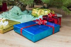 Arbre de Noël décoré avec de divers cadeaux et célébration de nouvelle année Scène de vacances Sous photographie stock