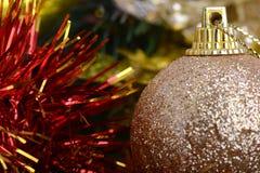 Arbre de Noël décoré avec de divers cadeaux Noël et célébration d'an neuf Scène de Noël de vacances Cadeaux de Noël Image stock