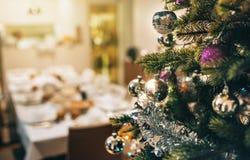 Arbre de Noël décoré avec la table de salle à manger à l'arrière-plan Images stock