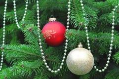 Arbre de Noël décoré avec le rouge et les boules d'or Image libre de droits