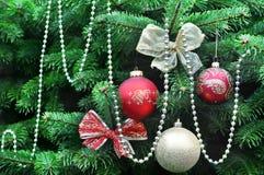 Arbre de Noël décoré avec le rouge et les boules d'or Photo libre de droits
