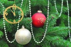 Arbre de Noël décoré avec le rouge et les boules d'or Photos libres de droits