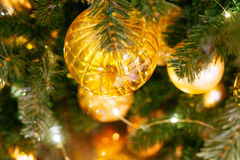 Arbre de Noël décoré avec les boules jaunes image libre de droits