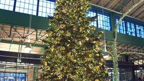 Arbre de Noël décoré dans le centre commercial tir de l'inclinaison 4K banque de vidéos