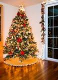 Arbre de Noël décoré dans le salon moderne Images stock