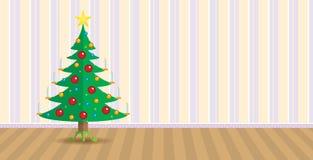 Arbre de Noël décoré des bougies brûlantes à l'intérieur d'une salle avec le papier peint sur le mur à l'arrière-plan Images stock