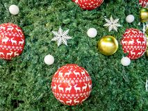 Arbre de Noël décoré des boules colorées Photographie stock