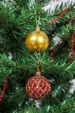 Arbre de Noël décoré des boules colorées de nouvelle année Image stock