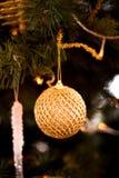 Arbre de Noël décoré des guirlandes, de la boule, du bonbon et des lumières de Noël sur le fond du beau bokeh Photos stock