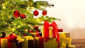 Arbre de Noël décoré des présents Image stock