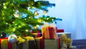 Arbre de Noël décoré des présents Photo stock