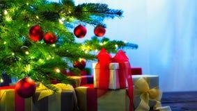 Arbre de Noël décoré des présents Photographie stock libre de droits