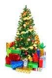 Arbre de Noël décoré entouré par les présents colorés Photographie stock