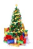 Arbre de Noël décoré entouré par les présents colorés Isolat Photo stock
