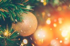 Arbre de Noël décoré de la fée de scintillement de tache floue Image stock